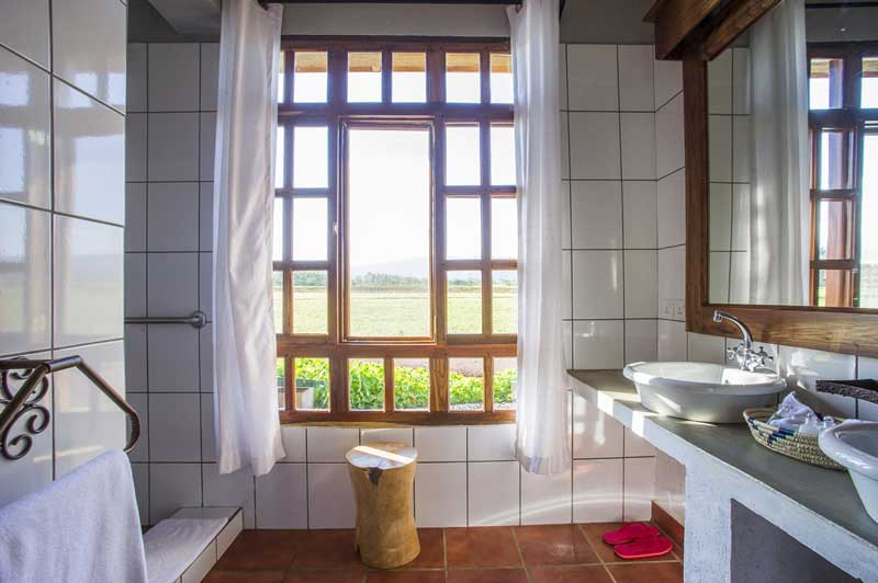 Farm house valley bathroom